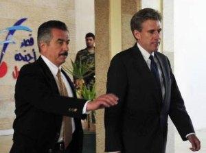 Enviado norteamericano a la salida del hotel en Bengazi donde se reunión con rebeldes libios Foto: Reuters