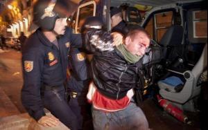 Uno de los detenidos en Madrid durante las protestas del 15 de mayo. Foto: Pedro Acosta (AP, 'El País').