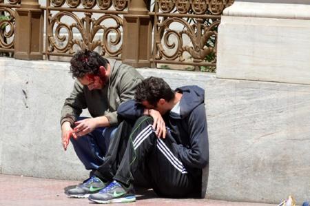 """Jóvenes sangrando por represión policial en Grecia este 11 de mayo de 2011. Foto tomada de """"El Periscopio"""""""