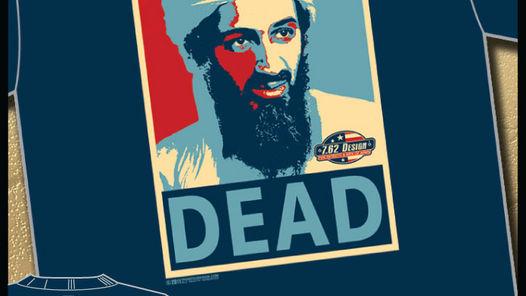 """""""MUERTO"""". Dice la remera que lleva el mismo diseño y colores de los populares afiches de la campaña electoral de Barack Obama. Ampliar  """"MUERTO"""". Dice el pullover que lleva el mismo diseño y colores de los afiches de la campaña electoral de Barack Obama."""