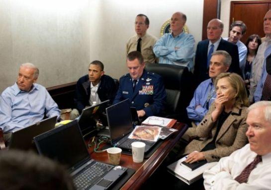 El papá de Sasha y Malia (segundo de izquierda a derecha) contempla el operativo de ejecución de Osama ben Laden
