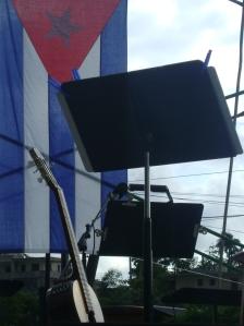 """""""El sitio del trovador"""", minutos antes de comenzar el concierto en el barrio habanero de """"El Fanguito"""". Foto: Rubén Sánchez Rivero"""