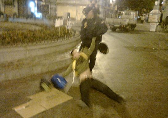 La policía disuleve protesta en la Puerta del Sol de Madrid