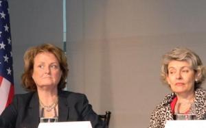 La secretaria de Estado adjunta para diplomacia y asuntos públicos, Judith McHale, y la directora general de UNESCO, Irina Bokova, en  la celebración del día mundial de la libertad de prensa