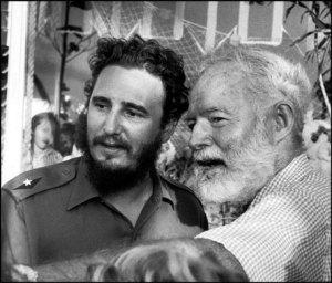El escritor norteamericano Ernest Hemingway junto al líder de la Revolución cubana, Fidel Castro