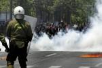 Policía griega reprime con gases lacrimógenos a decenas de miles de manifestantes que protestan contra las medidas impuestas por la Unión Europea y el FMI. Foto: EFE