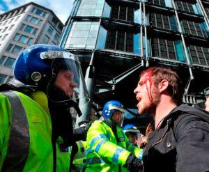 Manifestante herido se enfrenta a la policía en Londres