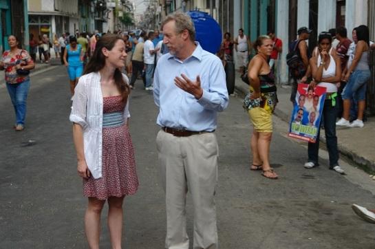 """Funcionarios de la Oficina de Intereses de EE.UU. en Cuba este 24 de septiembre frente a la casa de la """"líder"""" de las Damas de blanco. Foto: Rubén Sánchez"""