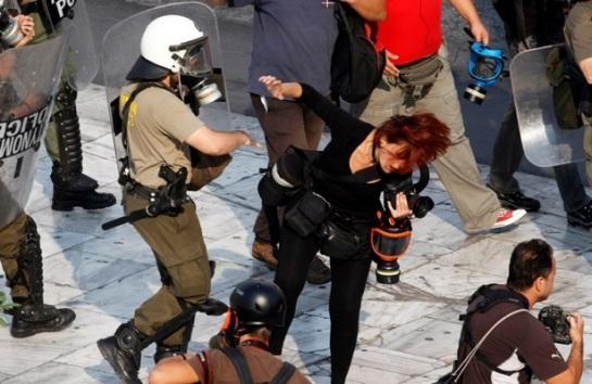 La policía agrede a la fotógrafa Tatiana Bolari en la plaza Sintagma de Atenas este 5 de octubre. Foto: