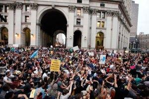 A los jóvenes que participan en el movimiento Ocupa Wall Street, en la Plaza de la Libertad, ayer se sumaron cientos de trabajadores sindicalizados, para protestar por el desempleo y la desigualdad en Estados Unidos. En otras ciudades se realizaron manifestaciones similares. Foto: Reuters