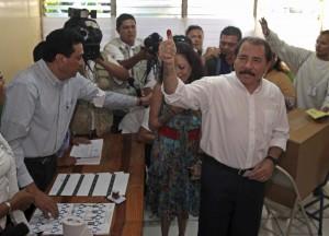 Daniel Ortega al votar en las elecciones en Nicaragua