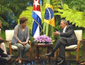 La presidenta brasileña junto al presidente cubano, Raúl Castro