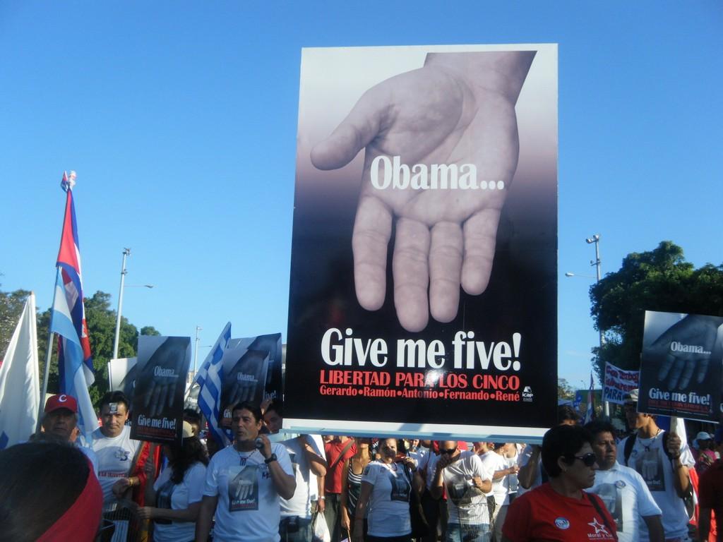 Manifestantes el Primero de Mayo en Cuba reclaman al presidente norteamericano libertad para los Cinco presos cubanos condenados injustamente en Estados Unidos. Foto: Odette Fernández López