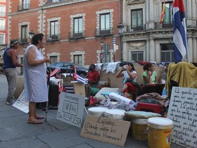 """Disidentes"""" cubanos protestan contra las autoridades españolas ..."""