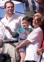 Los políticos cubanoamericanos Ileana Ros_lehtinen y Lincoln Díaz-Balart con el niño Elián en Miami