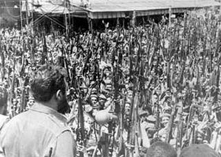Fidel habla ante los milicianos en 23 y 12, vísperas de la invasión por  Playa Girón. En el entierro de las víctimas  de los bombardeos del 15 de abril de 1961
