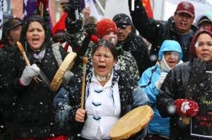 Miles de indígenas marcharon hasta la Colina del Parlamento el viernes 21 de diciembre de 2012 en Ottawa (Ontario) para exigir una reunión con el primer ministro Stephen Harper.