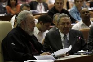 Fidel lee su mensaje al Parlamento. Foto: Ismael Francisco, Cubadebate