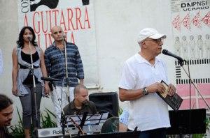 Víctor Casaus interviene en el concierto de homenaje a Ojalá y Silvio Rodríguez