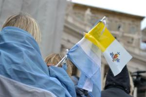 Banderas del Vaticano y de Argentina