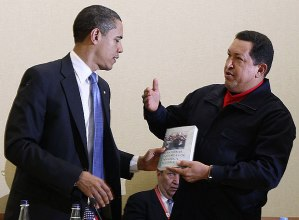 El presidente Hugo Chávez entrega a Barack Obama el libro Las venas abiertas de América Latina en Trinidad y Tobago. Parece que Obama no lo ha leído.