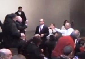 Luis Pérez (a la derecha con traje negro) mientras respondía insultos en la Casa de América