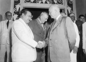 Fulgencio Batista saluda al presidente de E.U. Dwight Eisenhower