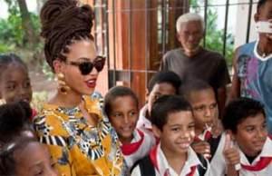 Beyonce junto a pioneros cubanos durante su visita a Cuba