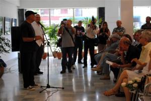 Víctor Casaus en la entrega del Premio Nacional de Cine a Manuel Pérez, que escucha sentado al centro, inclinado hacia delante. Foto: Alejandro Celada Sanz, Fundación del Nuevo Cine Latinoamericano
