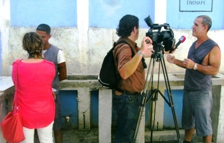 Corresponsales entrevistan a reclusos que aprenden oficios.