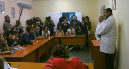 El jefe de los servicios médicos en el sistema penitenciario cubano resònde a preguntas de la prensa nacional y extranjera