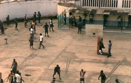 Patio de uno de los edificios del Combinado del Este. Unos reclusos practican voleyboil, al fondo otros utilizan los teléfonos para comunicación familiar.