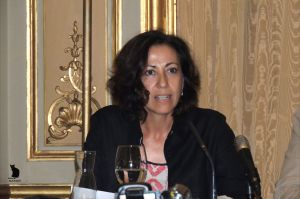 """La profesora de la Universidad Complutense, Dra Ángeles Diez en la presentación de """"Sospechas y disidencias"""" en la Casa de América de Madrid."""