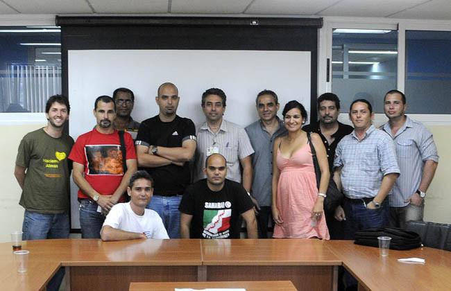 Blogueros cubanos junto al Viceministro de Comunicaciones Wilfredo González al concluir encuentro en el Ministerio de Comunicaciones