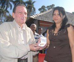 """Jaime Crombet recibiendo la medalla """"50 aniversario de la Unión de Jóvenes Comunistas"""""""