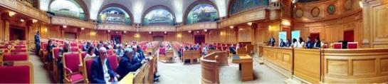 """""""Disidentes cubanos en parlamento sueco"""" Obssérvese que casi hay más personas en la mesa que en el público."""