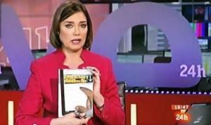 """La conductora de """"El mundo en 24 horas"""" de TVE María San Juan muestra un ejemplar de """"Sospechas y disidencias"""""""