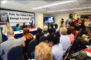 El público escucha la videoconferencia del héroe cubano René González