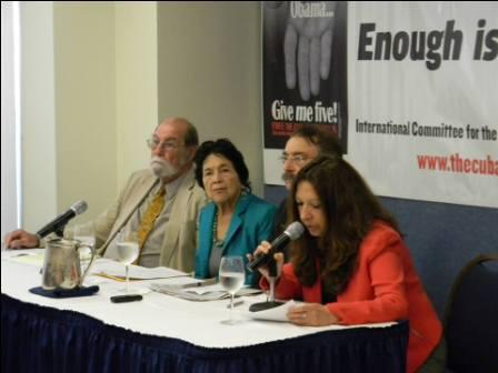 De izquierda a derecha el académico norteamericano Wayne Smith, la luchadora social Dolores Huerta, el escritor Ignacio Ramonet y la coordinadora del Comité por la Libertad de Los Cinco en EE.UU.