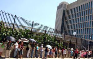 Cola en la Sección de Intereses de EE.UU. en La Habana