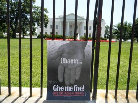 Cartel por libertad de Los Cinco frente a la Casa Blanca este 1 de junio