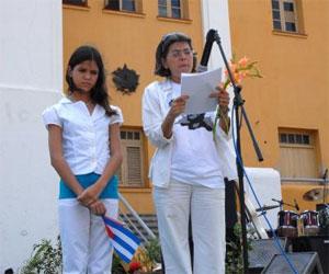 La poetisa Teresa Melo lee este texto frente al cuartel Moncada junto  su hija Daniela
