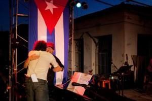 """Silvio Rodríguez abraza a Robertico Carccassés el el concierto de este 20 de septiembre en Santiago de Las Vegas, donde el pianista lo acompañó en """"Segunda cita"""""""