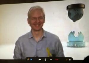Julian Assange durante la videoconferencia con blogueros, periodistas y estudiantes cubanos