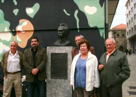 Con miembros de la Asociación Paz y Amistad de Avilés, Junto al busto de José Martí en esa ciudad, del escultor cubano Alberto Lezcay