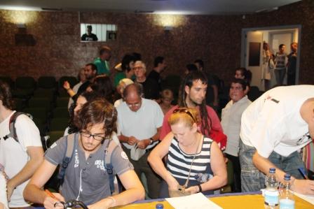 Al concluir el encuentro, mjuchos plasmaron sus firmas por la libertad de Los Cinco. cubanos condenados injustamente en Estados Unidos.