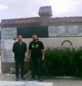 El historiador Jesús Ruíz y David Gismero junto al monumento que recuerda a las brigadas internacionales en Fuencarral