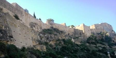 El Castillo de Santa Bárbara, en Alicante, visto desde abajo.
