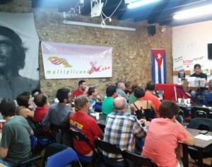 El trovador chileno Lucho Roa interpreta versos de Tpy Guerrero en la celebración del Día de la Cultura Cubana en Valencia