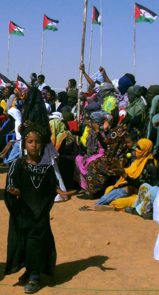 Niña saharaui en danza folclórica